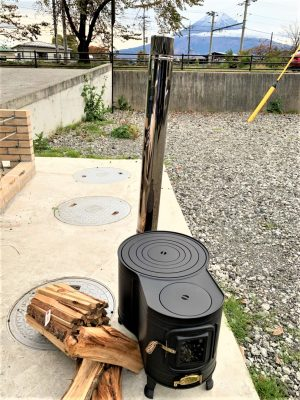 Introduced a clock-type wood stove with a black heat-resistant window
